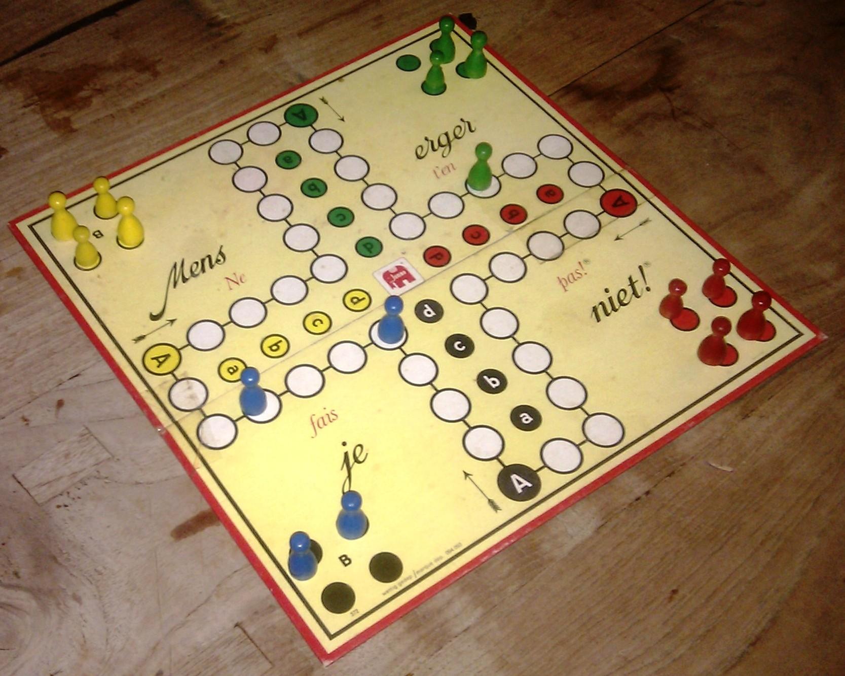 Abb.: Ein modernes Mensch-Ärgere-Dich-Nicht-Spiel, aufgebaut. Quelle: Wikimedia, Onderwijsgek at nl.wikipedia (CC BY-SA 3.0 NL)