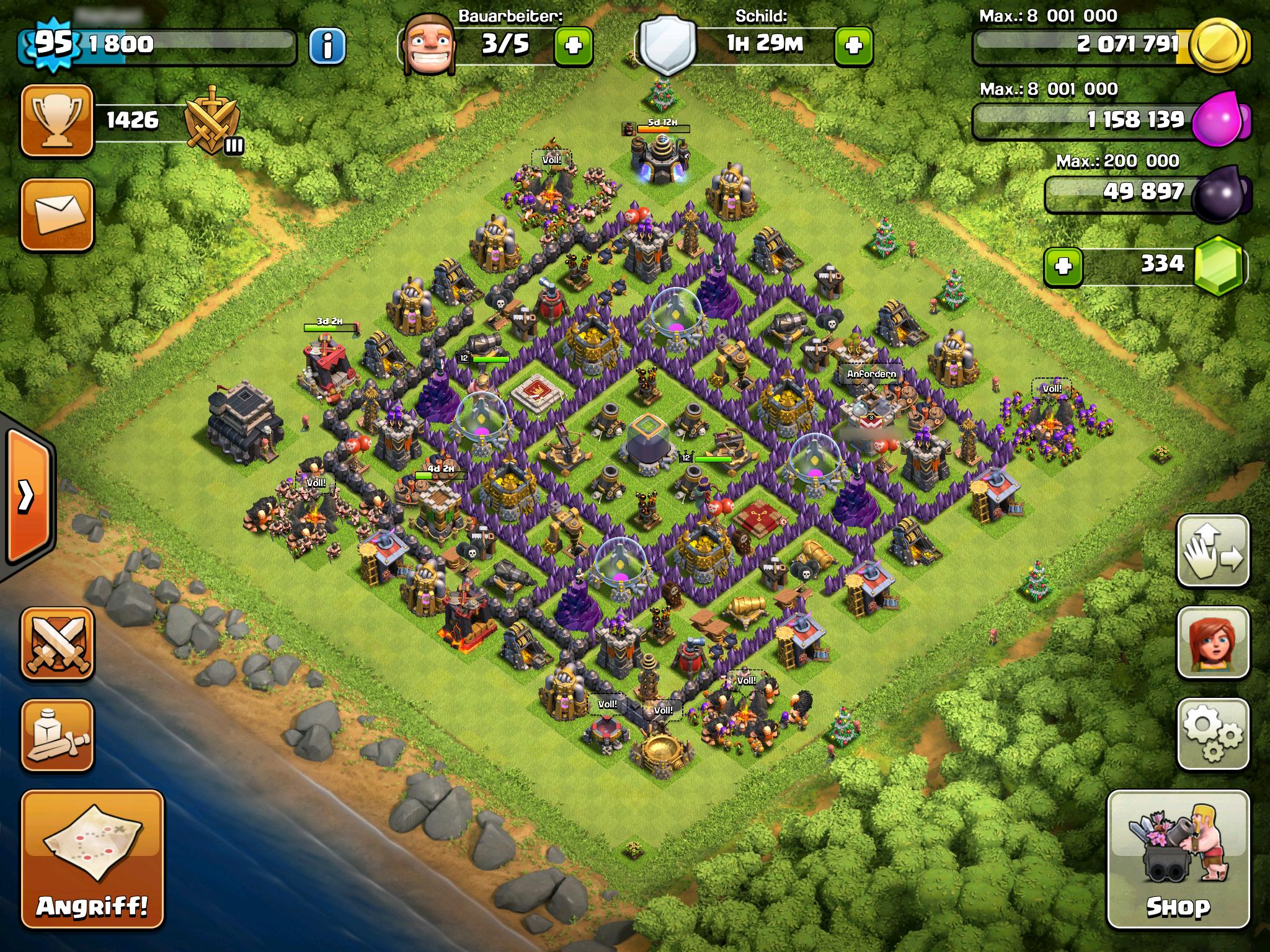 """Abbildung 1: Ein Dorf mit zentralem Rathaus und vollen Truppenlagern. (Screenshot aus """"Clash of Clans"""" 2012)"""